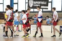 Juniorský výběr klatovského Sport Clubu (na archivním snímku hráči v červenobílých dresech) nemá konkurenci.