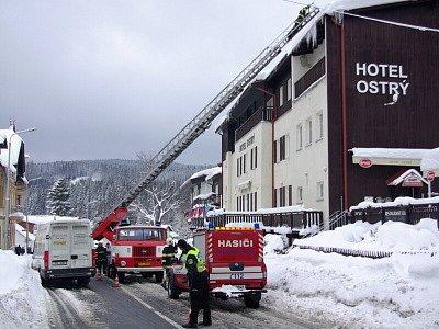 Od pondělí vyjíždějí hasiči v Železné Rudě k odstraňování rampouchů a sněhu ze střech, které kvůli oblevě ohrožují občany i motoristy v tomto šumavském městě.