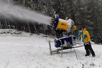 Sněhová děla na šumavském Špičáku spustili provozovatelé tamního areálu již v pondělí 19. 11. 2018.