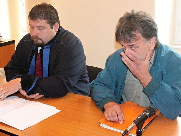 Josef Svatoš (vpravo) s advokátem u klatovského soudu.