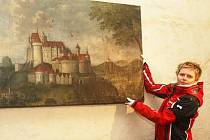 Restaurátorka  Renáta Hronová  u  obrazu  Rabí.