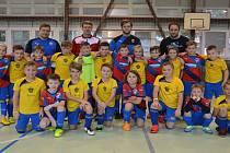 Společná fotografie výběru OFS Klatovy U9 (na snímku ve žlutých dresech) s Viktorií Plzeň U9.