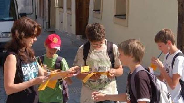 Dobrovolníci z občanského hnutí ŘEKNI NE DROGÁM – ŘEKNI ANO ŽIVOTU rozdávali na Náměstí Míru v Klatovech letáky a diskutovali s kolemjdoucími o drogové problematice.