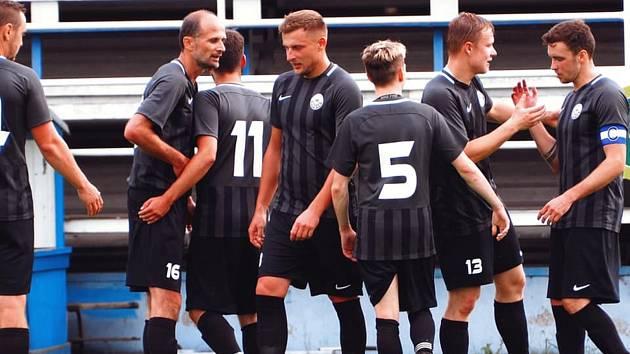 FK Okula Nýrsko (černí) vs. TJ Sušice (modří) 3:1.