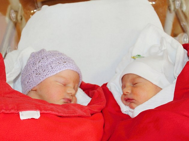 První letošní dvojčata Sofie (2790 g, 47 cm) a Lilian (2580 g) Máčay z Klatov se narodila v klatovské porodnici 12. února v 8.38 a 8.37 hodin. Rodiče Martina a Milan věděli, že Matýsek (2,5) bude mít dvě sestřičky.