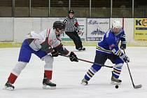 Hokejisté Malé Vísky (na archivním snímku hráči v bílých dresech) deklasovali na úvod krajské soutěže mužů (skupiny A) soupeře z Horní Lukavice 12:3.