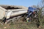 Nehoda nákladního vozu u Lomce.