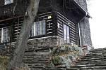 Rozhledna stojí na vrcholu Svatoboru, asi hodinu pěší cesty od města Sušice.