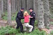 Policejní záběry ze zásahů proti aktivistům Na Ztraceném u Modravy