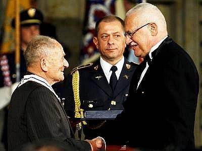 Klatovan František Wiendl přebírá na Pražském hradě z rukou prezidenta Václava Klause Řád TGM III. stupně.