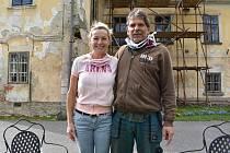 Zámek v Nemilkově na Klatovsku opravují rodiny Kaplanova a Hagerova již čtvrtým rokem.