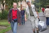 """Téměř celou noc z neděle na pondělí strávil Jindřich Fürbacher (vpravo) balením. """"Já jsem spal v mezích možností,"""" dodal jeho kolega Jaroslav Mandík."""
