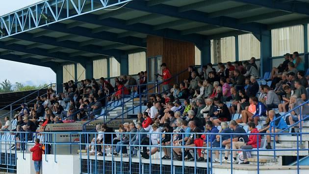 Takhle plno bylo na klatovském stadionu na úvod sezony v zápase proti Českým Budějovicím B. V sobotu budou tribuny a nakonec i hřiště úplně prázdné.