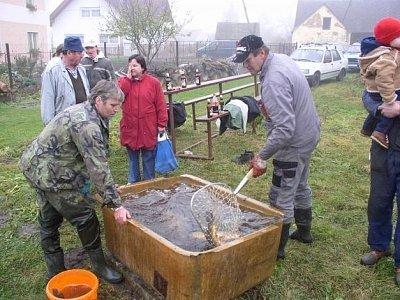 Tradicí je i výlov obecního rybníka na návsi.