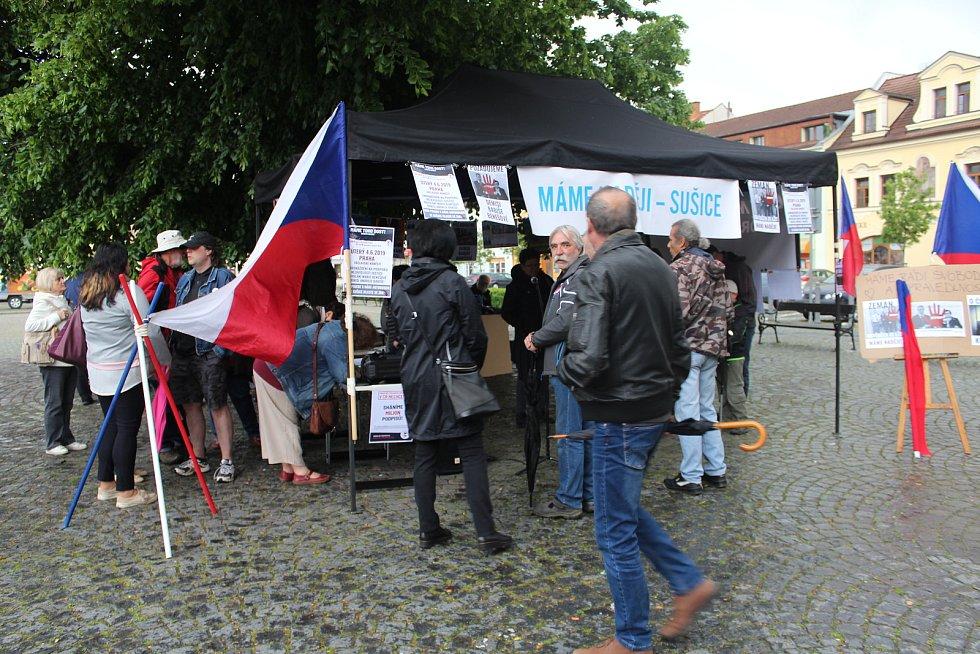 Na sušickém náměstí se sešlo okolo sto sedmdesáti nespokojených občanů, protestovali proti současné politické situaci.