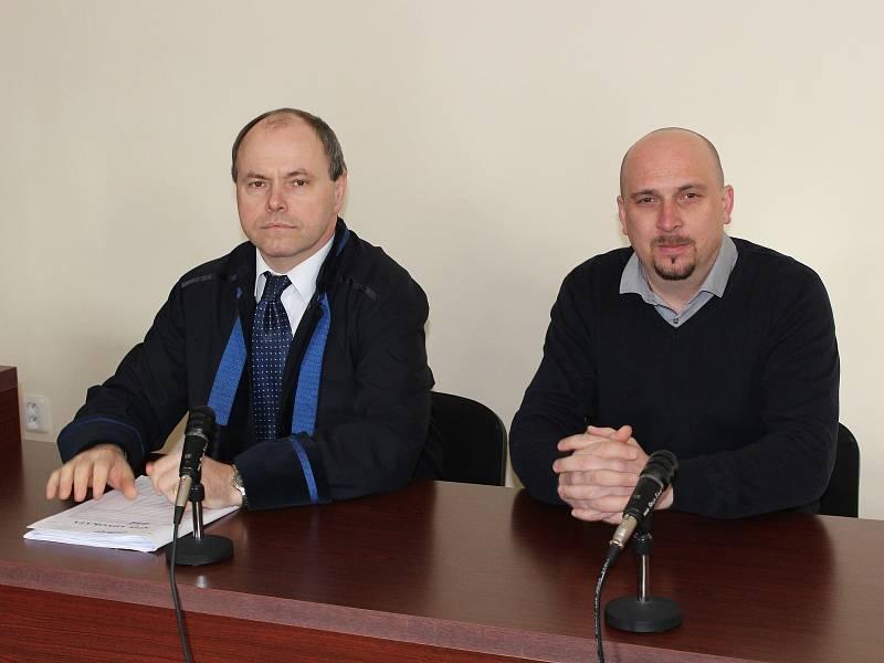 Obžalovaný policista David Žák (vpravo) s advokátem Rostislavem Netrvalem.