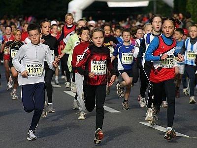 start závodu Minimaraton v Lausanne uprostřed se start č. 11355 Barbora Šambergerová