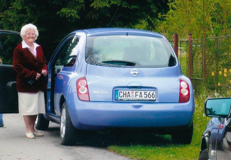 Anna Fischer se svým automobilem.