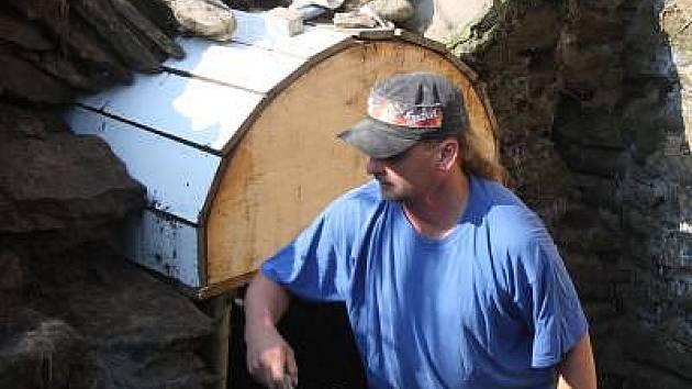 Práce na opravách propustků v Pečetíně jsou v plném proudu.