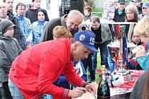 Karel Krejčí přivezl do Dražovic mistrovský pohár.