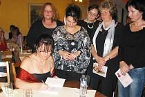 Horažďovická spisovatelka Petra Šustová podepisuje zájemkyním svůj román.