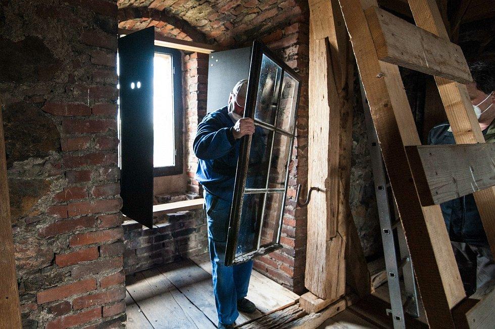 Po krátkém zápolení se celá okenní tabule vyjme, následně umyje nebo také zakytuje.