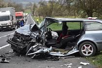 Vážná nehoda u Dehtína na Klatovsku, kde se čelně střetla dvě auta. Na místo letěl i vrtulník.