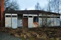 Zchátralá kasárna u Poleně