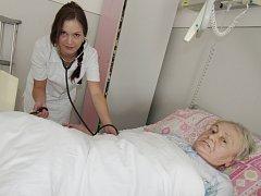 Zdravotní sestra Hedvika Řípová při práci na oddělení dlouhodobě nemocných Nemocnice Sušice.