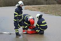 Klatovští dobrovolní hasiči odčerpávají vodu.