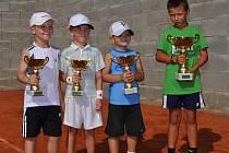 Z pohárů se radovali nejlepší čtyři malí tenisté na turnaji v Klatovech. Na snímku jsou zleva vítěz Lukáš Janoušek, druhý Jakub Neumann a na děleném třetím místě Kryštof Ruža a Vít Kalina.