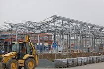 Stavba obchodního centra na místě bývalé škodovky