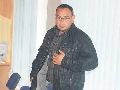 Obžalovaný Libor Kadeřábek u klatovského soudu. Zde se poprvé za dva roky ke krádeži vyjádřil, obvinění ale odmítl.