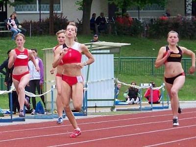 Na snímku je vpředu mistryně Plzeňského kraje v běhu na 100 m klatovská Martina Štychová.