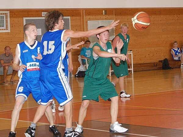 Kadeti TJ Klatovy (zelení) vspoupili do turnaje zápasem s Vyšehradem, který prohráli 49:97