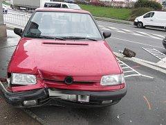 Řidič s autem prorazil v Klatovech zábradlí a zastavil až na chodníku