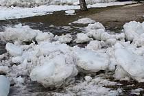 Kry a sníh v okolí řeky Otavy v Sušici.