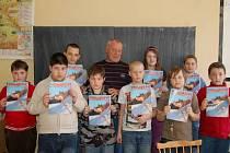 Mladí včelaři ze ZŠ Tolstého ul.