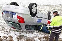 Řidička nezvládla zatáčku u Kokšína