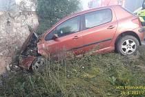 Peugeot 307 skončil ve zdi domu.
