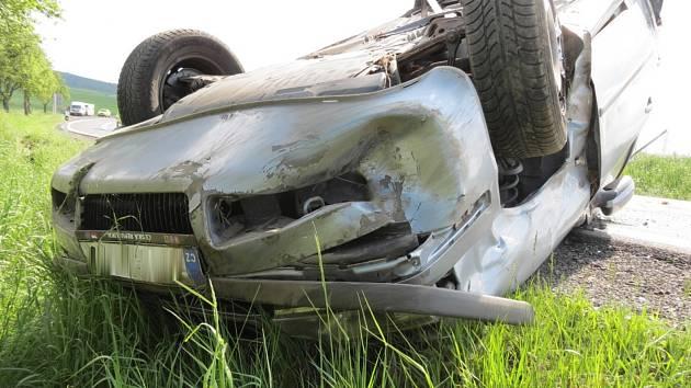 Renault vylétl ze silnice a převrátil se přes střechu. Dva lidé jsou zranění