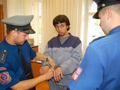 Lacka přivezla k soudu eskorta z vězení, kde si ještě nějaký čas pobude.