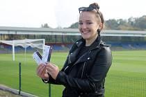 První vítězkou fotosoutěže Klatovského deníku se stala Aneta Kalivodová z Nýrska, který minulý týden převzala dva lístky na fotbalové utkání Viktorie Plzeň proti Teplicím.