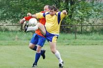 Vítězem sedmého ročníku fotbalového Memoriálu Jiřího Hány v  Hrádku u Sušice se stali domácí staří páni.  Za ty kopal i Štefan Dolinský (vpředu), který se na snímku snaží odkopnout míč před dotírajícím horažďovickým Stanislavem Skuhrou.