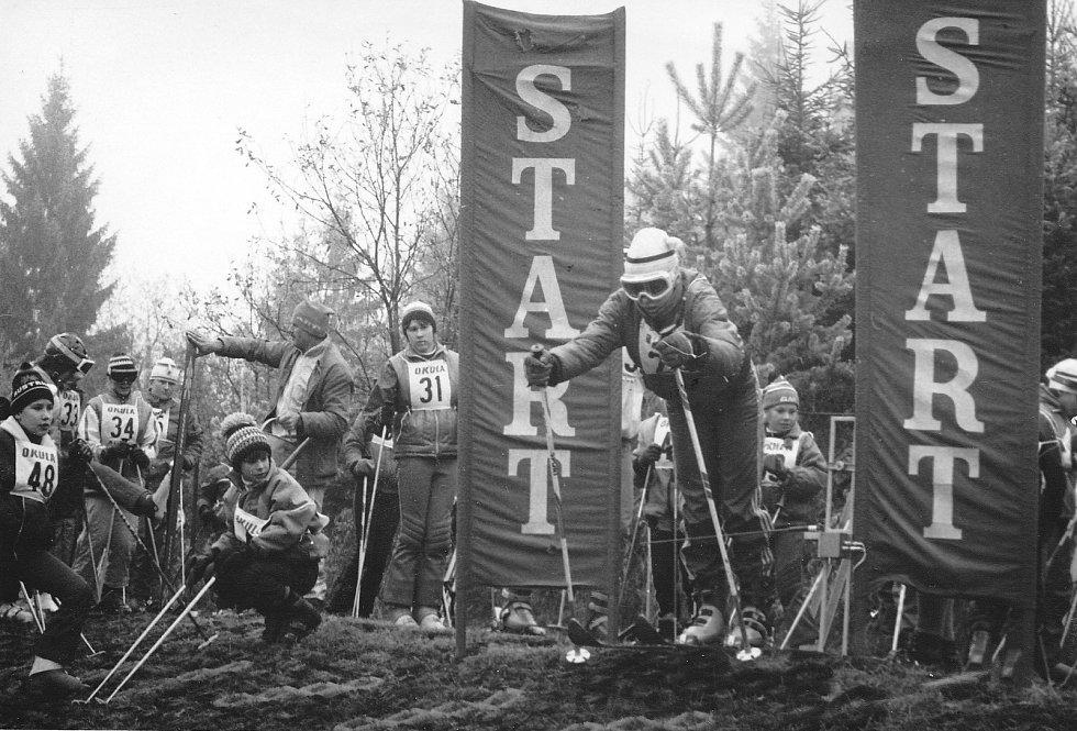 1989 – v listopadu proběhl veřejný závod ve slalomu na hmotě. Foto: Archiv lyžařského oddílu