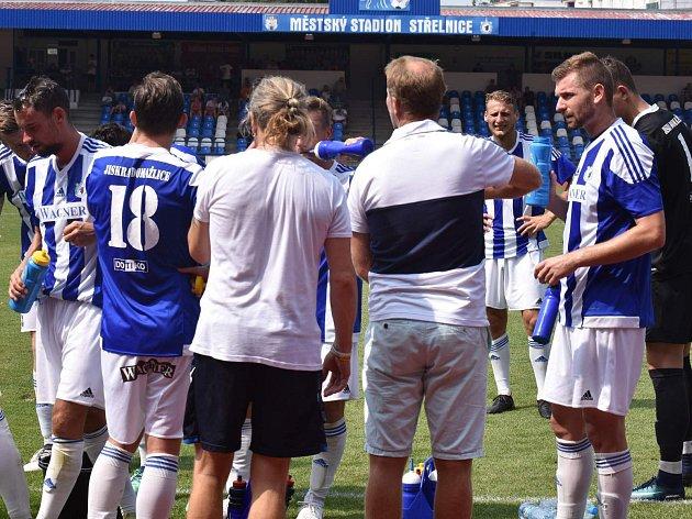 Porada fotbalistů Jiskry Domažlice během přestávky na pití v generálce proti doubraveckému Senku (5:1).