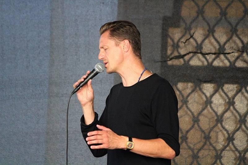 Ondřej Ruml na nádvoří jezuitské koleje v Klatovech.