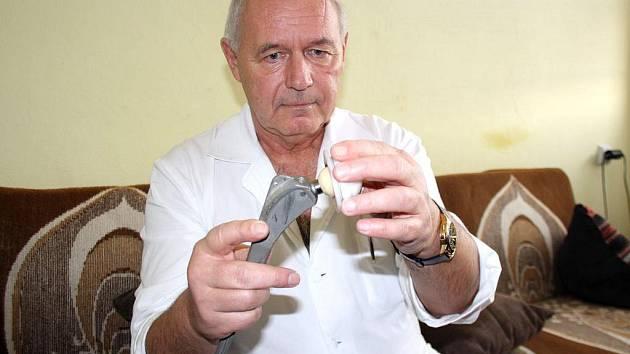PRIMÁŘ ortopedického oddělení Klatovské nemocnice Jan Pešek ukazuje jednu z variant endoprotézy kyčle.