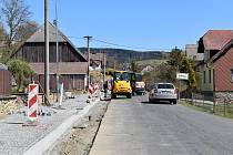 V Dešenicích se nyní staví chodník u silnice.