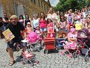 V Chudenicích v sobotu pracovník agentury Dobrý den zapsal do České knihy rekordů tři rekordy - v největším počtu kočárků s panenkami na jednom místě, počet panenek na jednom místě a také nejdelší vlasy dívky do 12 let.